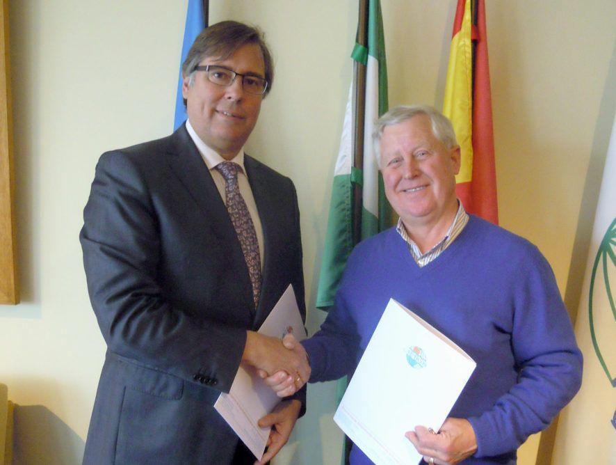 Firma de contrato de colaboracion con AEHCOS. Asociacion de Empresarios Hoteleros de la Costa del Sol